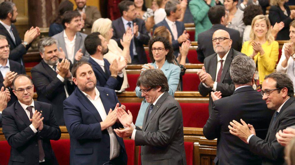Foto: El presidente de la Generalitat, Carles Puigdemont (c), su Gobierno, y el resto de los diputados celebran la aprobación de la ley del referéndum. (EFE)