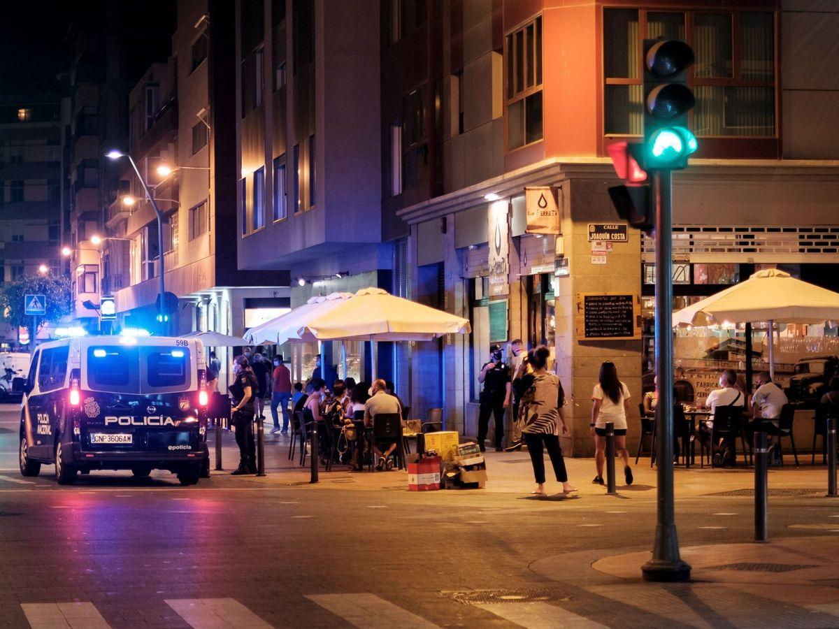 Foto: Vigilancia de las nuevas normas de prevención de ocio nocturno en Las Palmas. (EFE)