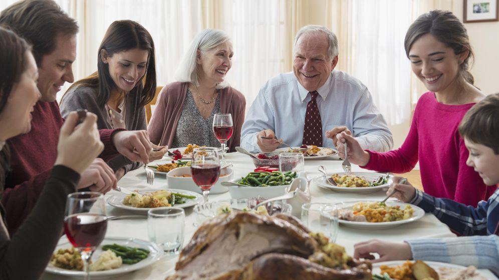 Foto: En los encuentros familiares solemos ir a lo fácil para evitar conflictos. (Corbis)