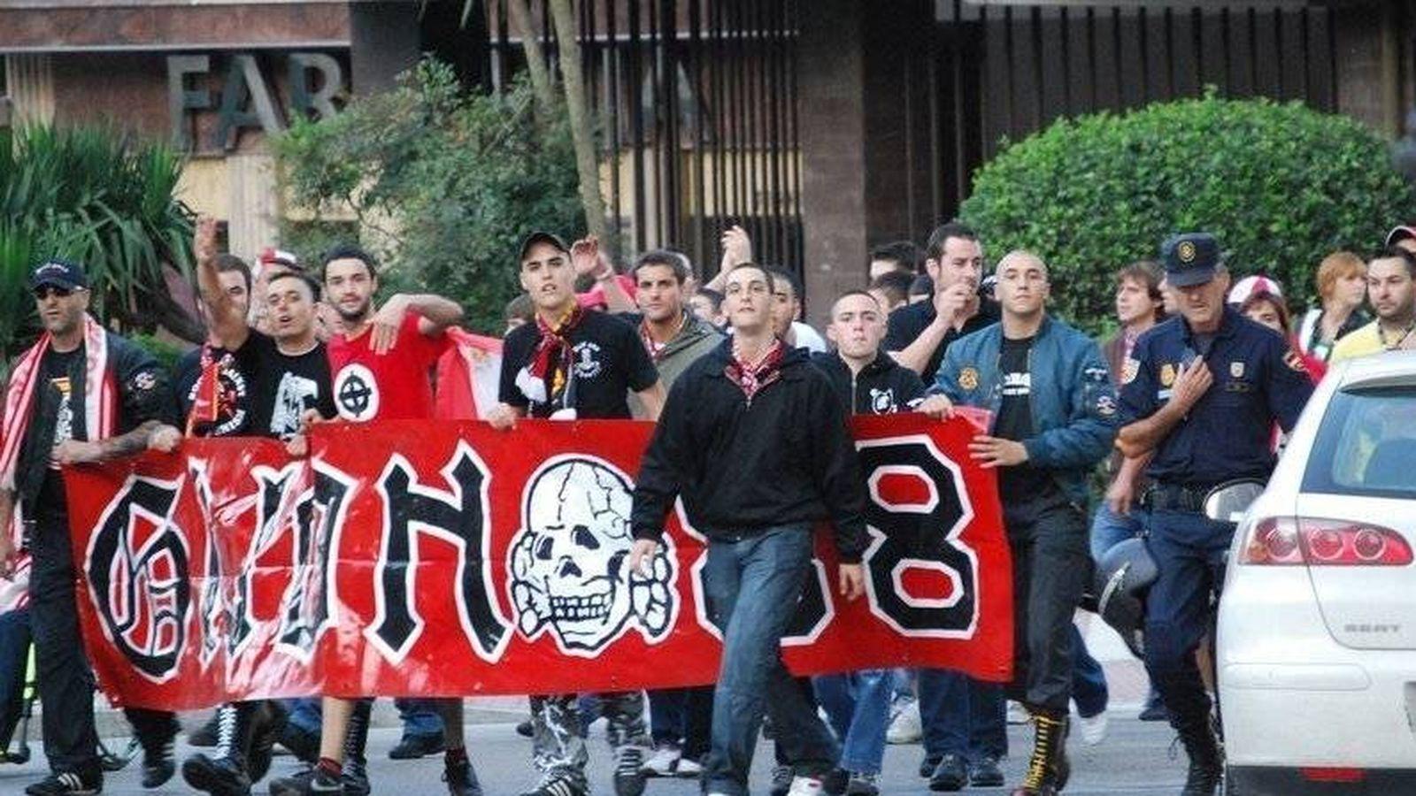 Foto: Miembros de Batallón Gijón, la facción más radical, escoltados por la Policía.