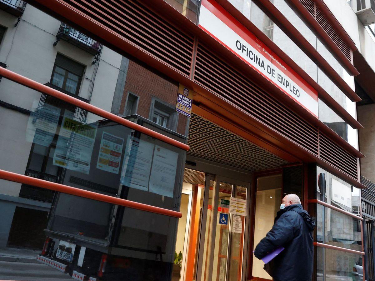 Foto: Un hombre entra a una oficina de empleo en Madrid. (EFE)