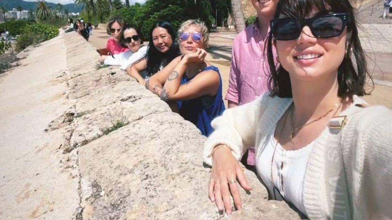 Ana de Armas y sus 'ángeles' en Mallorca. (Redes)