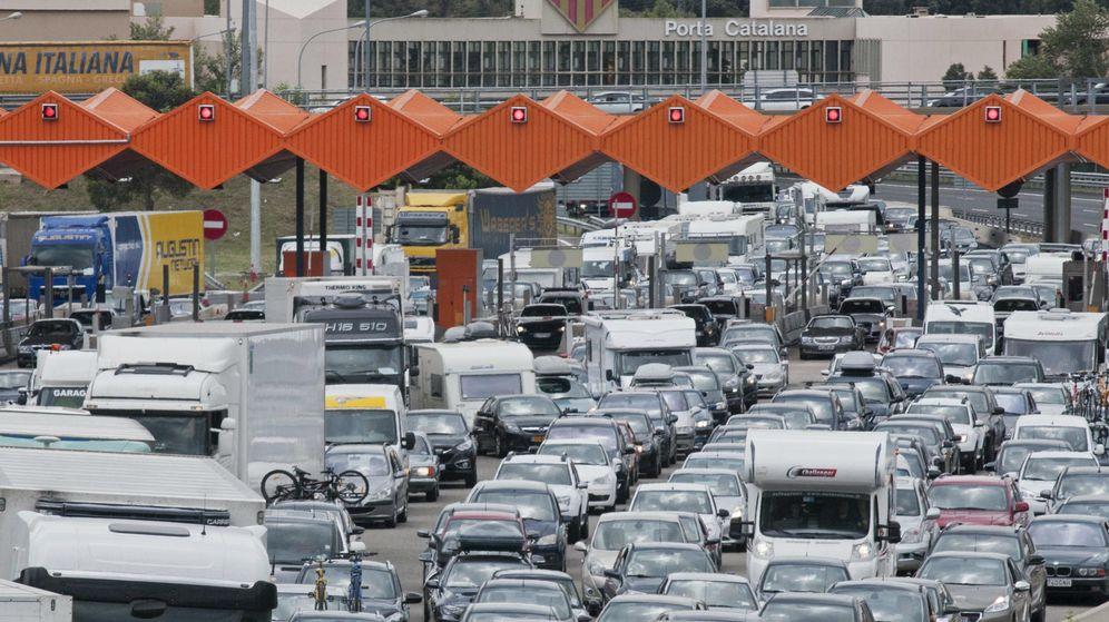Foto: Tráfico denso en una autopista de La Jonquera (Girona). (EFE)