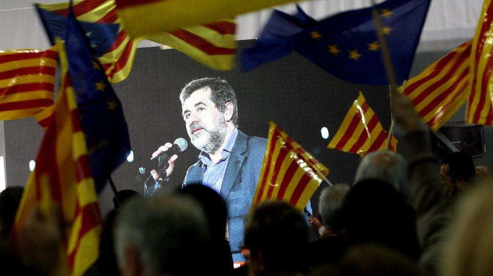 Foto: El número dos de la lista, Jordi Sànchez, interviene en videoconferencia en un mitin de Junts per Catalunya. (EFE)
