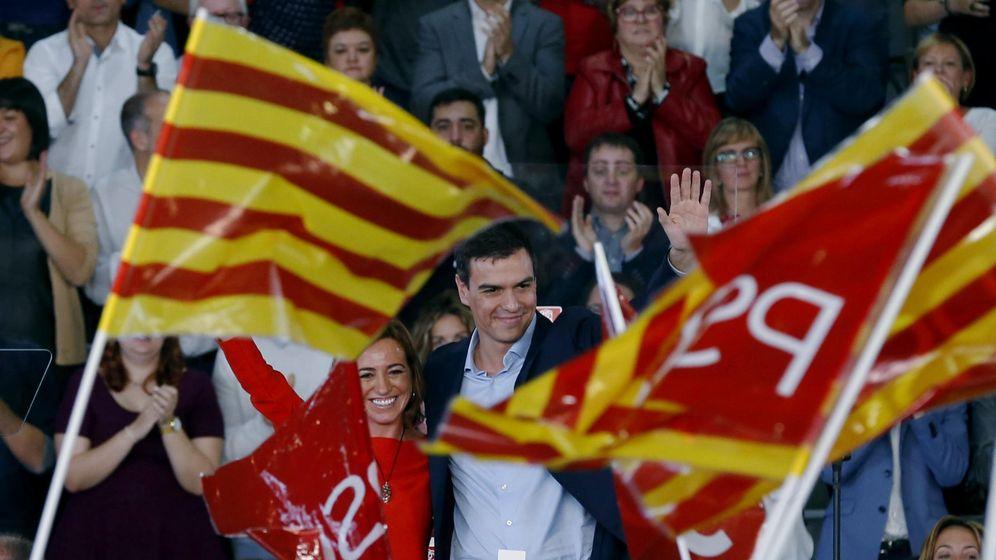 Foto: Pedro Sánchez, con la cabeza de lista del PSC por Barcelona, Carme Chacón, este 31 de octubre en El Prat de Llobregat. (EFE)