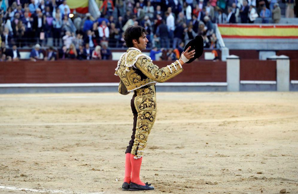 Foto: Cayetano saludando al respetable tras la faena al segundo de su lote. (EFE)