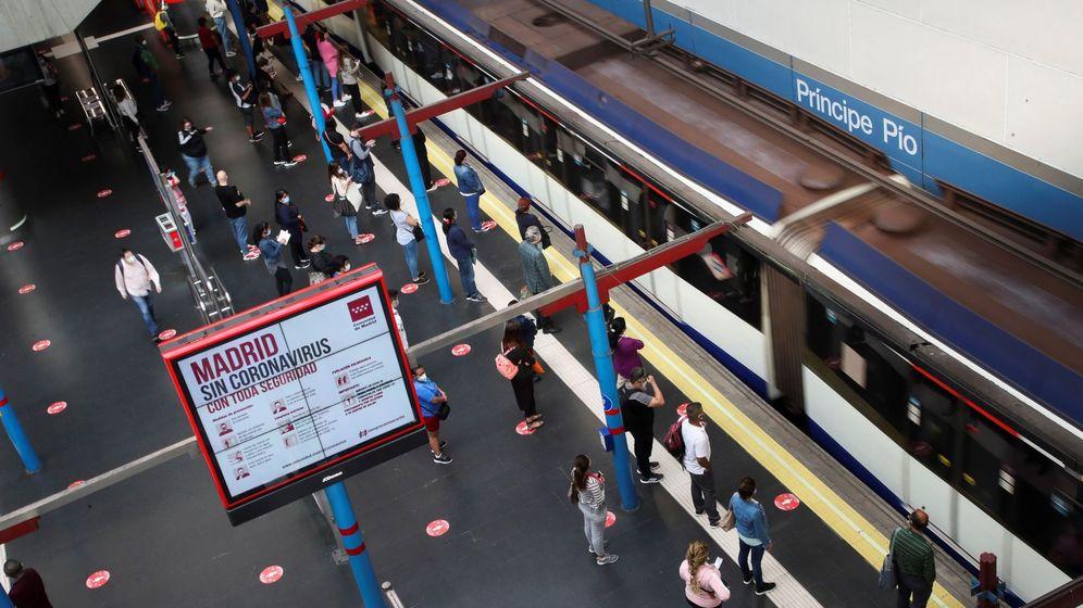 Foto: Usuarios de Metro y Cercanías de Madrid. (EFE)
