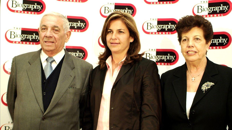 Foto: Arantxa Sánchez Vicario junto a sus padres, Emilio y Marisa (Gtres)