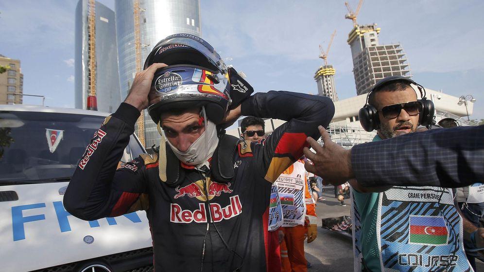 Foto: Carlos Sainz abandonando el trazado de Bakú el pasado domingo.