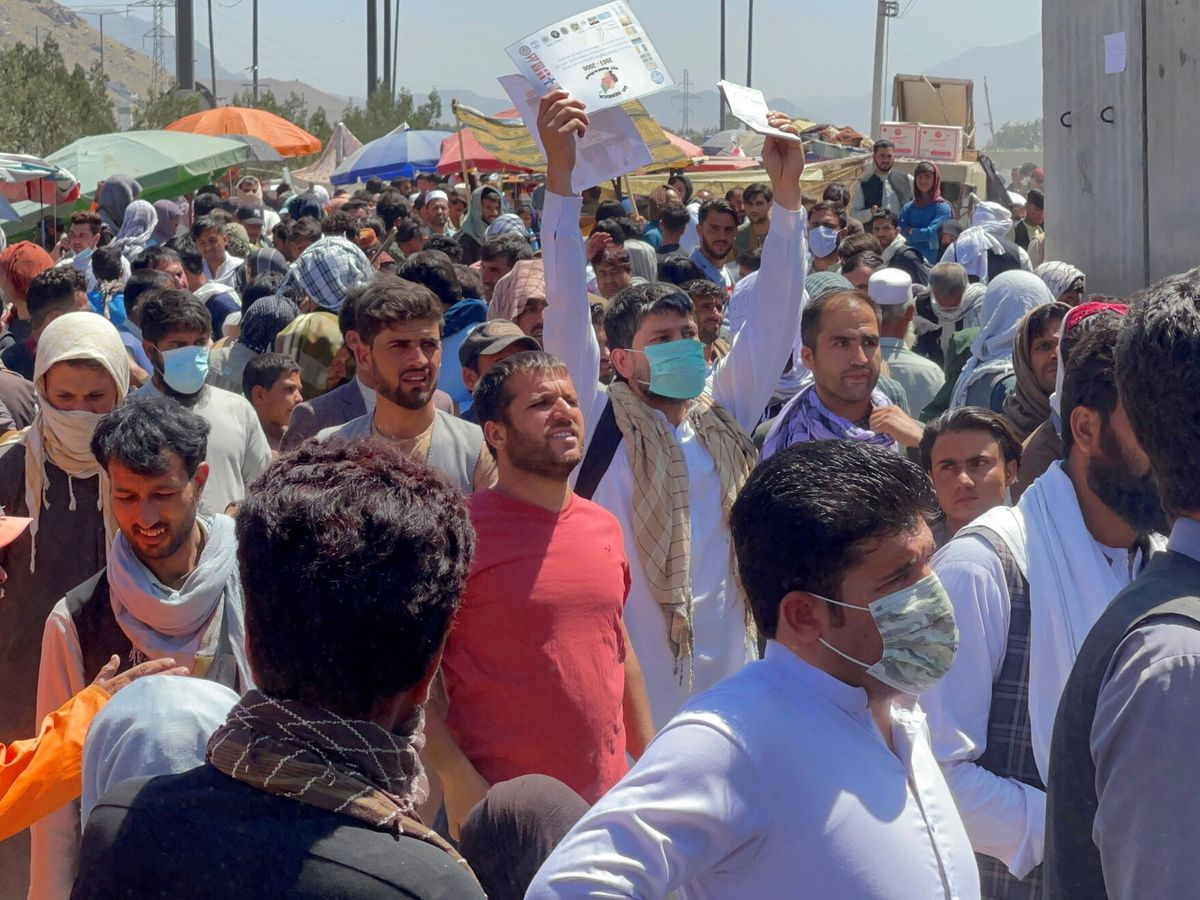 Foto: Una multitud se agolpa en el exterior del aeropuerto de Kabul. (Reuters)