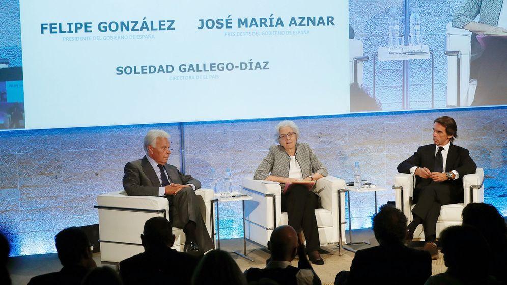 Foto: Los expresidentes del Gobierno Felipe González (i) y José María Aznar, junto a la presidenta de 'El País', Soledad Gallego-Díaz. (EFE)