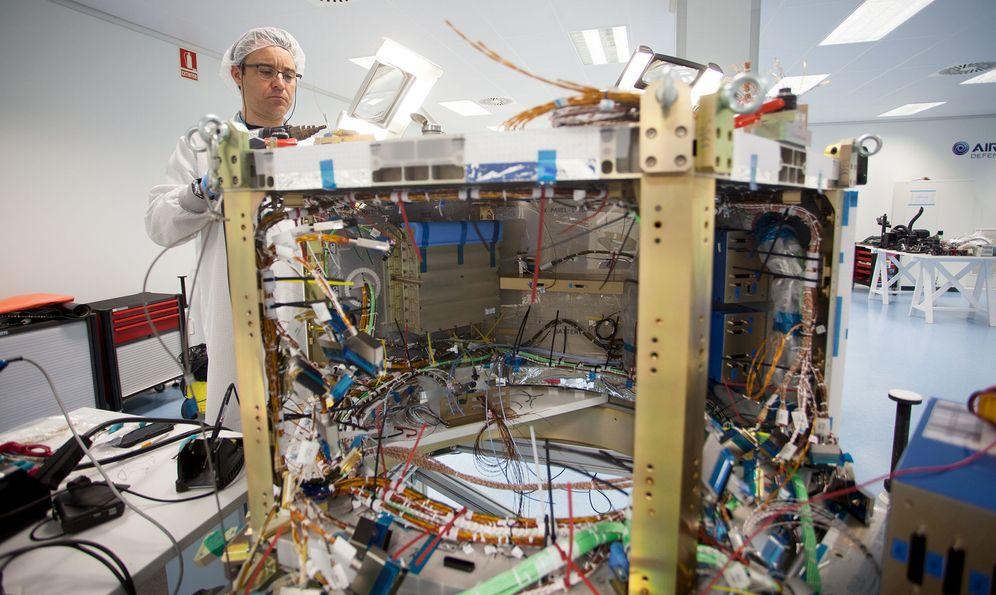 Foto: Un enorme puñado de cables en una estructura metálica. Ese es el aspecto, momentáneo, de CHEOPS. (Enrique Villarino)