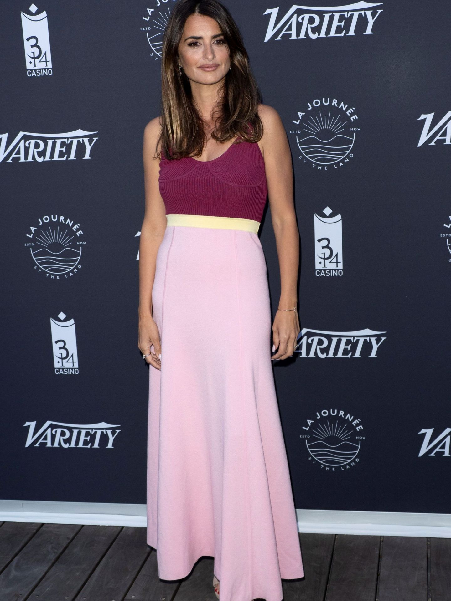 Penélope Cruz posa para los medios con vestido de Gabriela Hearst. (EFE)