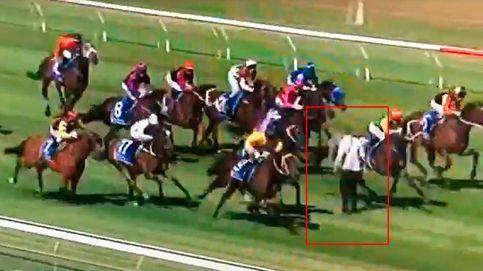 Un hombre se juega la vida saltando como espontáneo en una carrera de caballos
