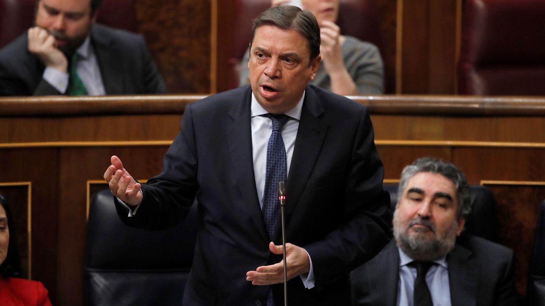El ministro de Agricultura, Luis Planas (c) durante la sesión de control al Gobierno. (EFE)