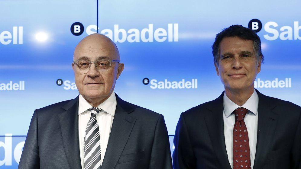 Foto: El presidente del Banco de Sabadell, Josep Oliu (i), y el consejero delegado, Jaume Guardiola. (EFE)