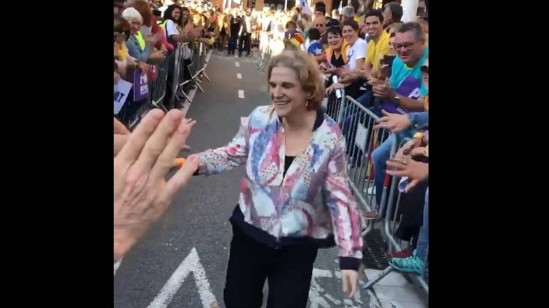 Pilar Rahola (TV3) se da un surrealista baño de masas en Barcelona junto a su marido