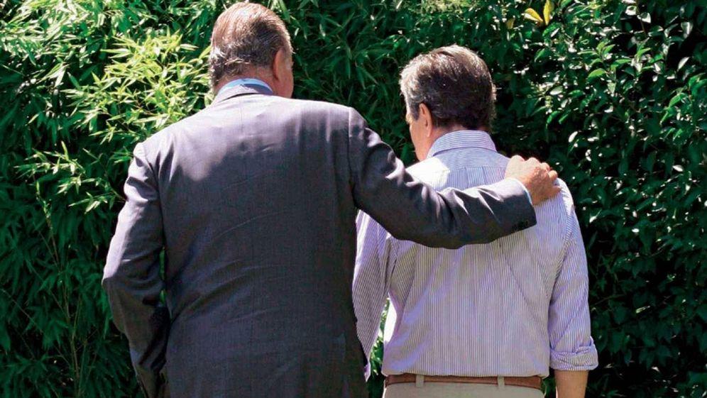 Foto: Don Juan Carlos en un gesto cariñoso con Adolfo Suárez en el jardín de La Florida. (Foto: Adolfo Suárez Illana)