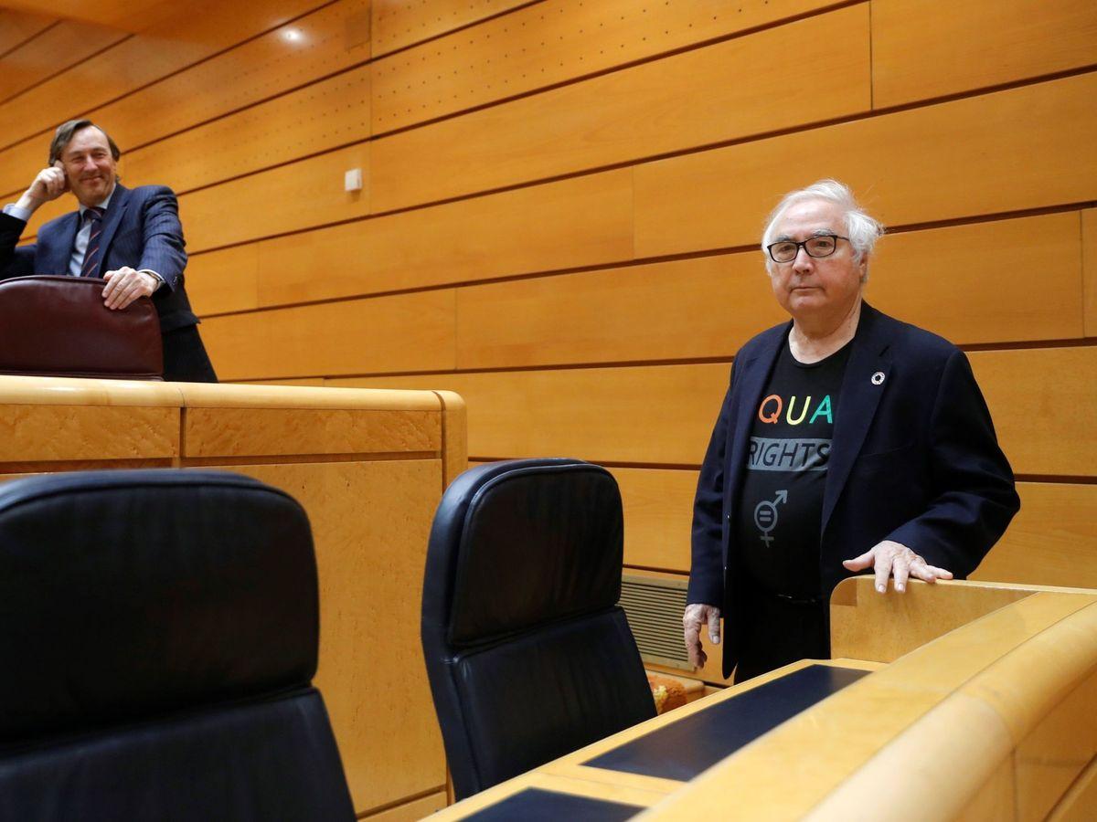 Foto: Manuel Castells, bajo la mirada de Rafael Hernando. (EFE)