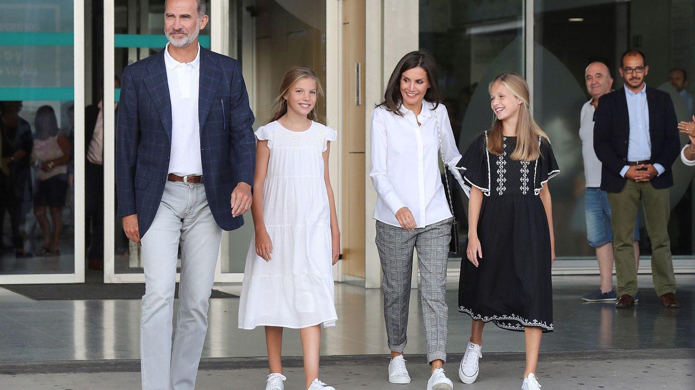 La familia real, durante una visita al rey Juan Carlos en la clínica Quirón. (EFE)