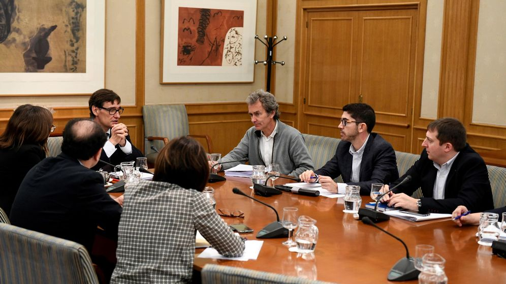 Foto: El ministro de Sanidad, Salvador Illa (i), durante la reunión del Comité de Seguimiento del Coronavirus. (EFE)