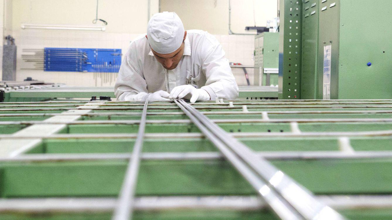 Foto: Un trabajador prepara las barras de los elementos combustibles. (Foto: José Pichel)