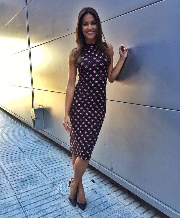 Foto: Lara Álvarez con vestido de silueta lápiz de Colcci. (Instagram)