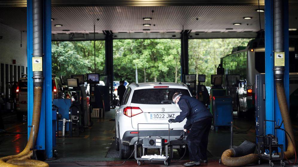 Foto: Un mecánico realiza la inspección técnica de un vehículo (EFE)