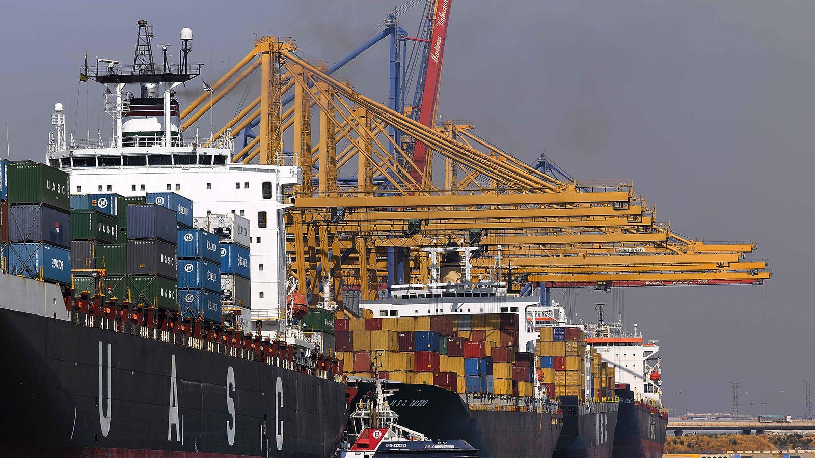 Foto: Descarga de contenedores en el Puerto de Valencia.