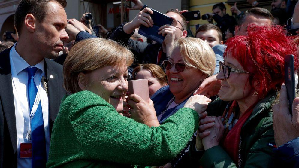 Foto: Angela Merkel saluda a ciudadanos en Sibiu. (EFE)