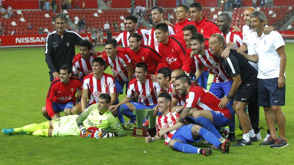 Foto: El Sporting posa junto al Trofeo Villa de Gijón. (Alberto Morante/EFE)