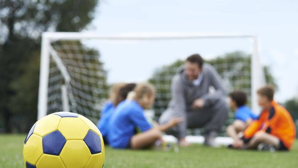 Foto: Un entrenador de fútbol en un entrenamiento. (iStock)