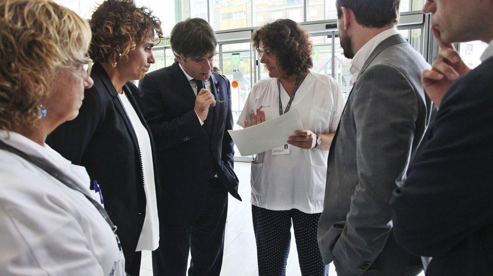 Foto: Carles Puigdemont, la ministra de Sanidad, Servicios Sociales e Igualdad, Dolors Montserrat, y el conseller de Salud, Antoni Comín. (EFE)
