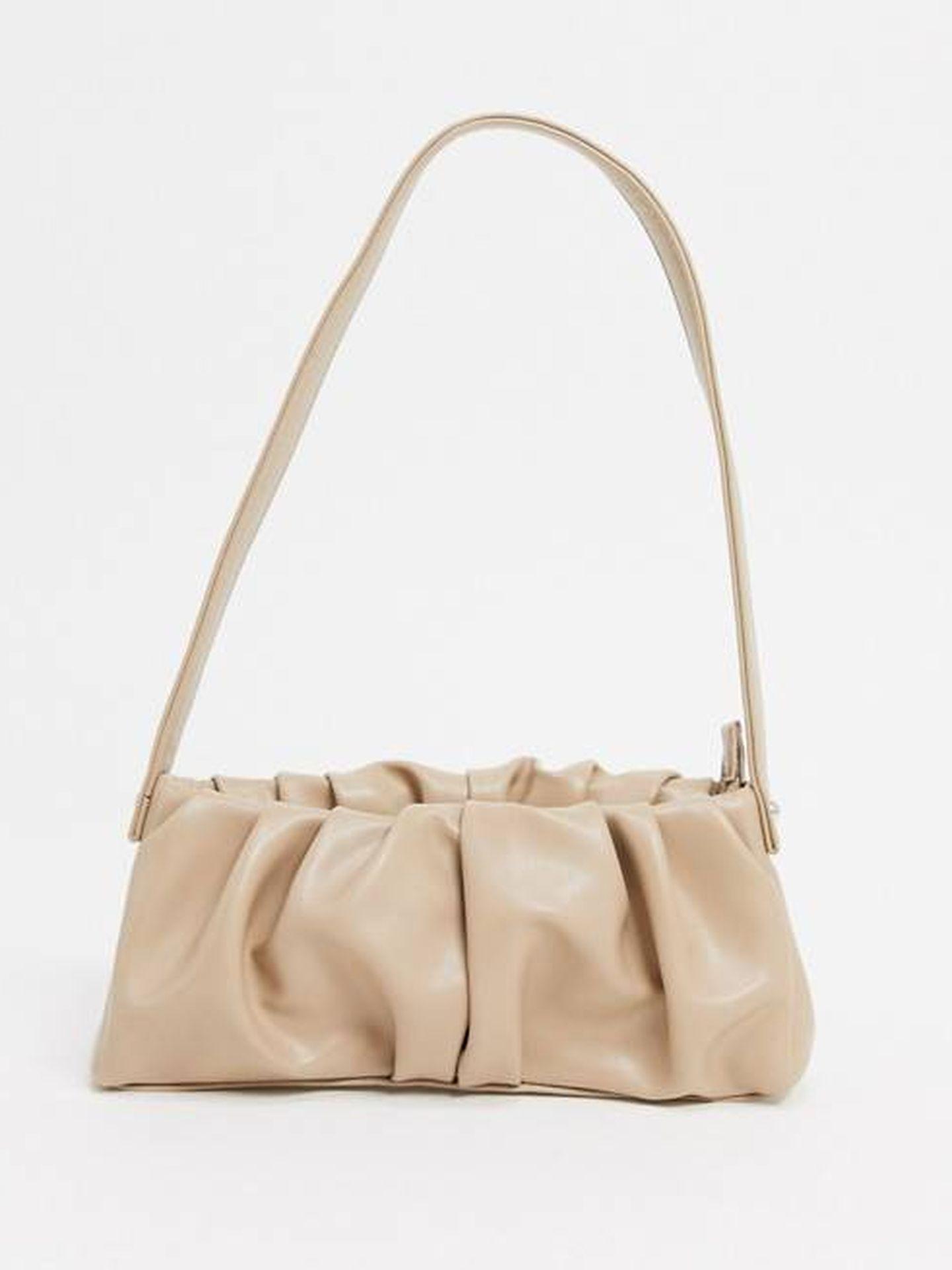 El bolso alargado de Asos Design. (Cortesía)