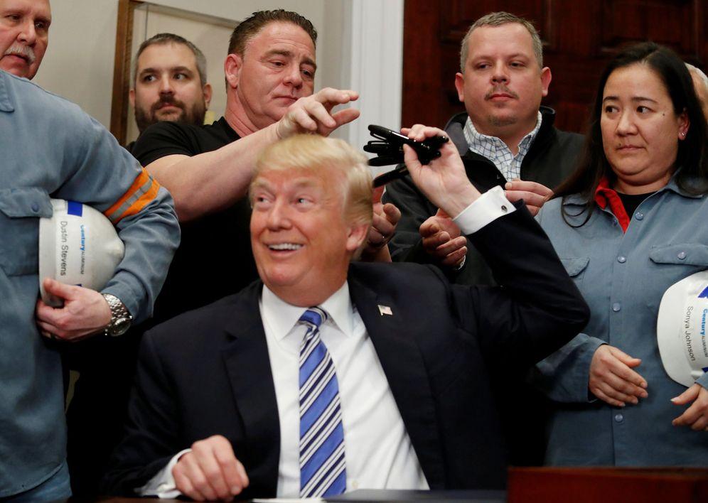 Foto: El presidente Trump se deshace del bolígrafo usado para firmar la proclamación de aranceles sobre las importaciones de acero y aluminio en la Casa Blanca, el 8 de marzo de 2018. (Reuters)