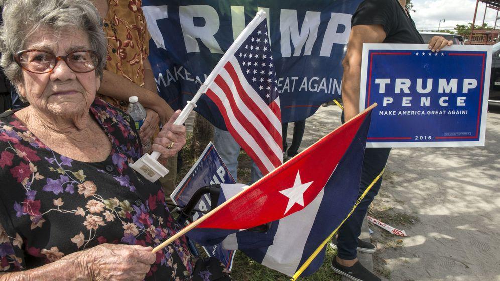 Foto: Una ciudadana cubanoamericana durante la visita de Trump a Miami, el 25 de octubre de 2016 (EFE)