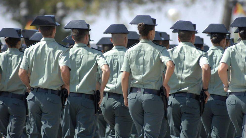 Foto: Agentes de la Guardia Civil desfilan (EFE)
