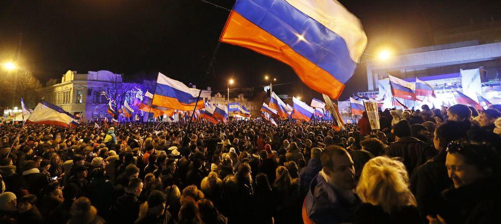 Foto: Una multitud celebra el resultado del referéndum en Simferópol, la capital de Crimea (Reuters).