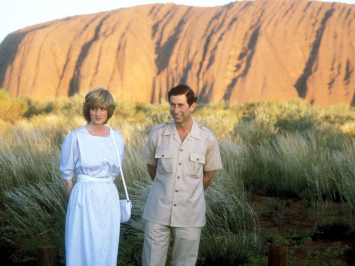Foto: Lady Di y el príncipe Carlos, en Ayers Rock en 1983. (Reuters)