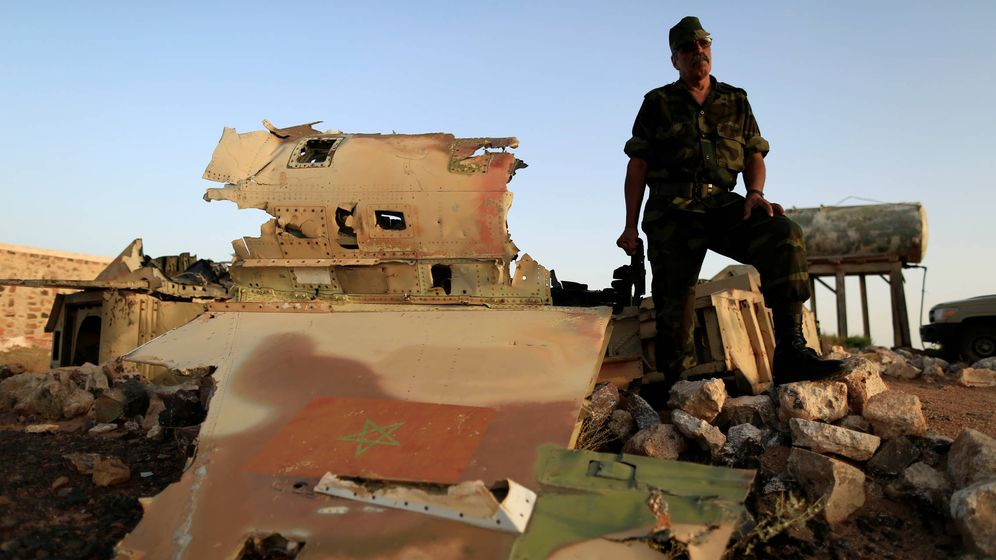 Foto: Un oficial del Frente Polisario habla con la prensa sobre un F-5 marroquí derribado en 1991. (Reuters)