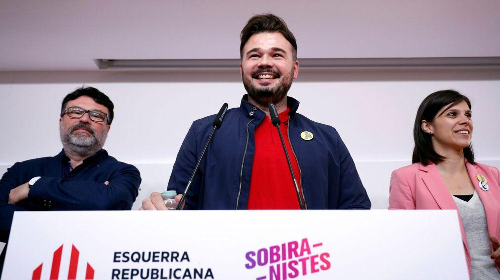 Foto: Gabriel Rufián, junto a la vicesecretaria de ERC, Marta Vilalta, y el número cuatro en la lista al Congreso por Sobiranistes, Joan Josep Nuet. (Reuters)