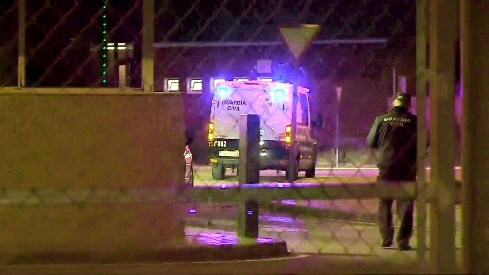 Foto: Captura de vídeo del momento de la llegada de furgones y vehículos de la Guardia Civil a la prisión de Estremera. (EFE)