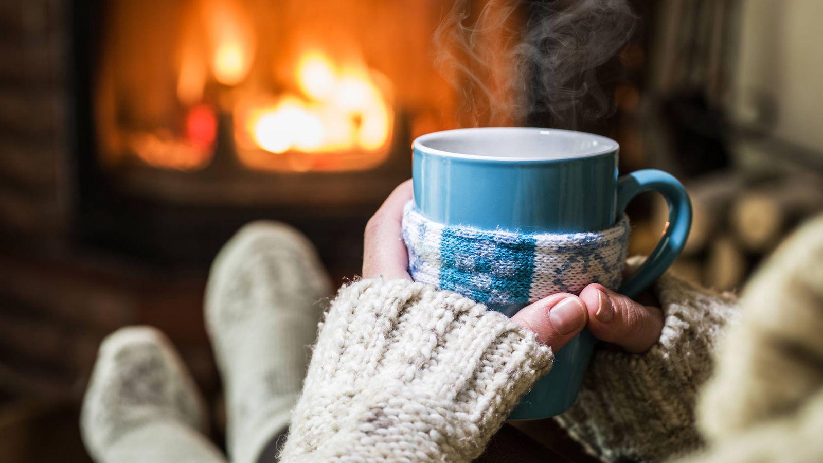 Foto: Apetece una taza bien caliente frente al fuego. (iStock)