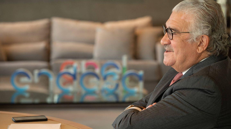 Entrevista a José Bogas en su despacho. Al fondo, una mesa con los logos de Endesa y Enel. (Foto cedida por Endesa)