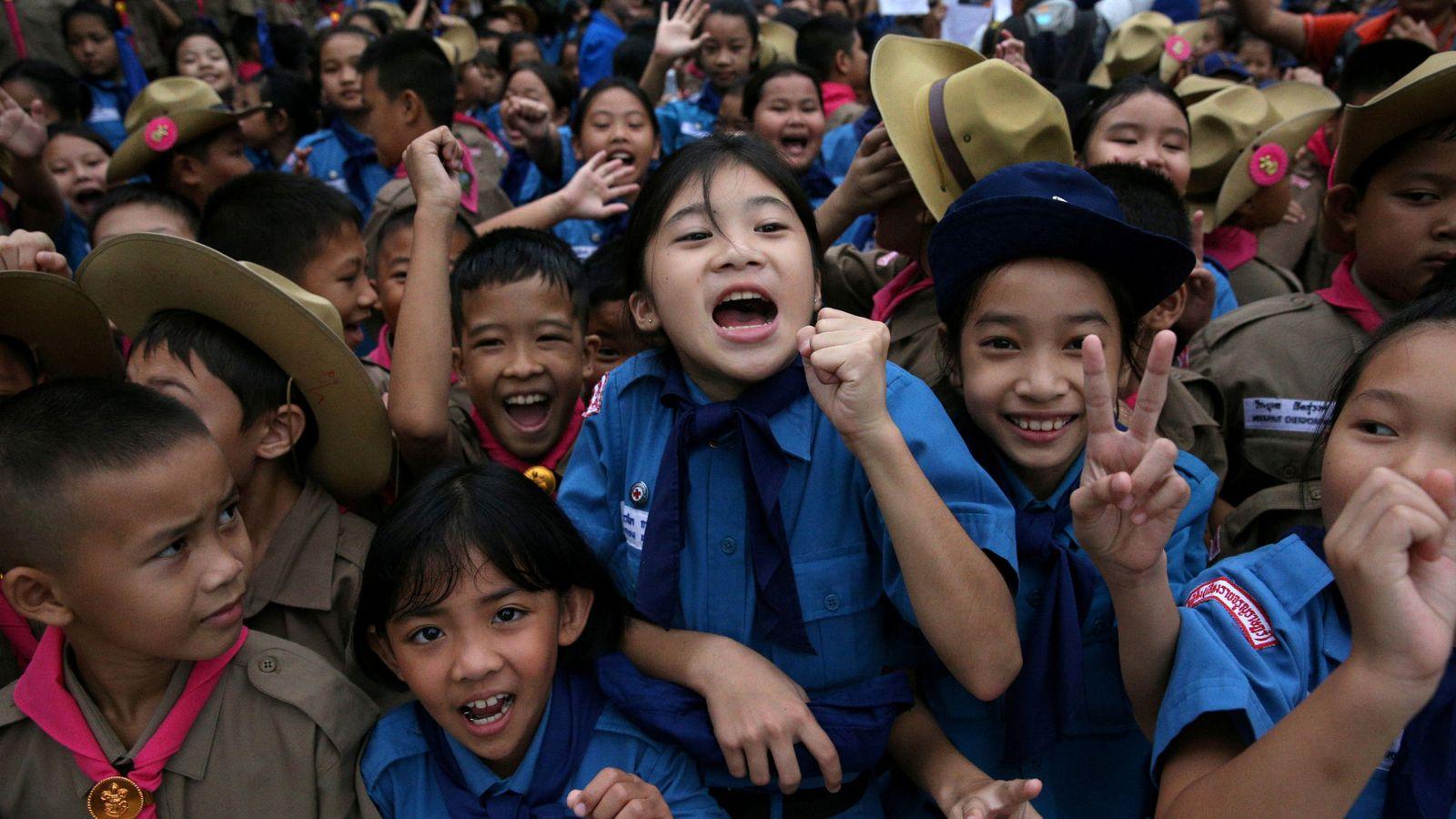 Foto: Alumnos tailandeses celebran la liberación de los niños atrapados en una cueva   Reuters