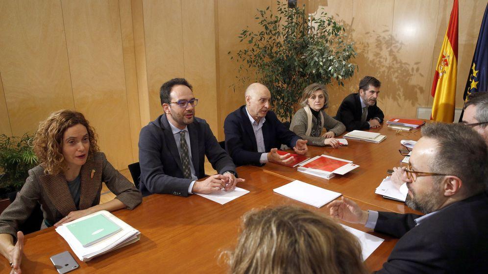 Foto: Reunión de los equipos negociadores de PSOE y C's el pasado 17 de febrero. Con barba y al fondo, José Enrique Serrano. (EFE)