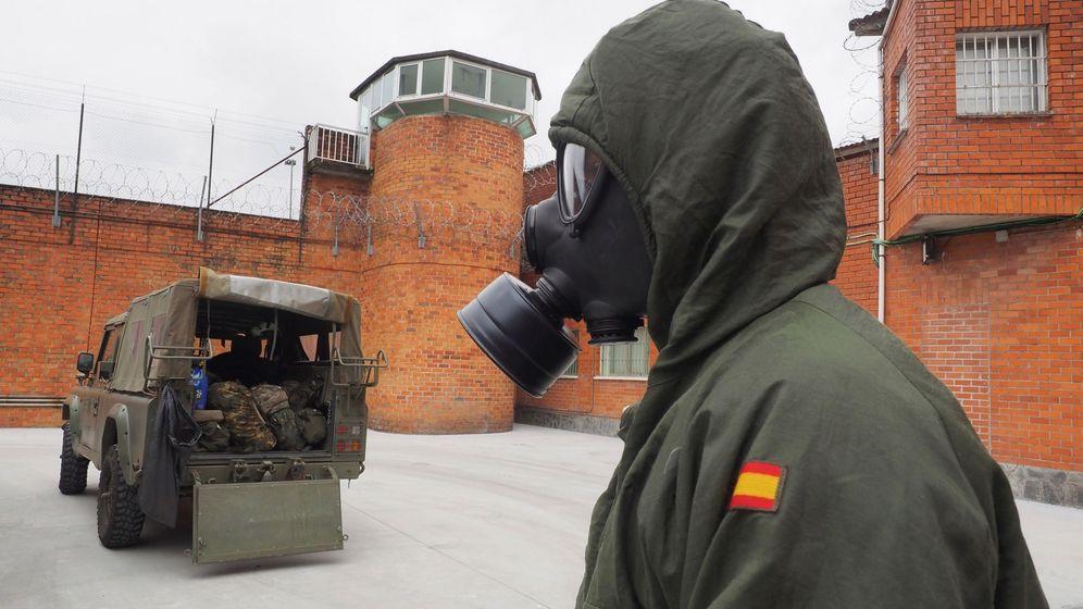 Foto: Un soldado del Ejército de Tierra colabora en la desinfección del centro penitenciario de Bonxe en Lugo en abril (EFE)