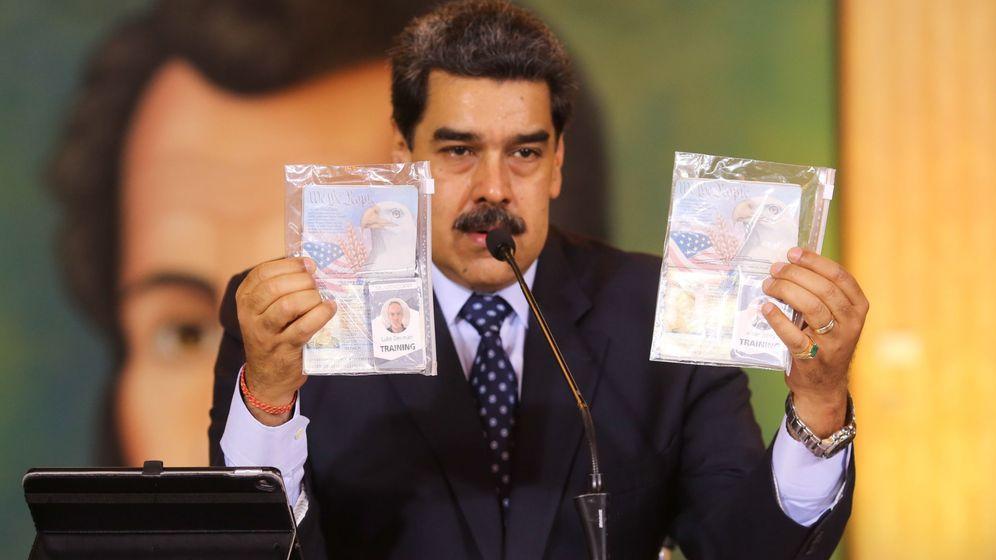 Foto: Nicolas Maduro mostrando los pasaportes de los dos detenidos estadounidenses (EFE(