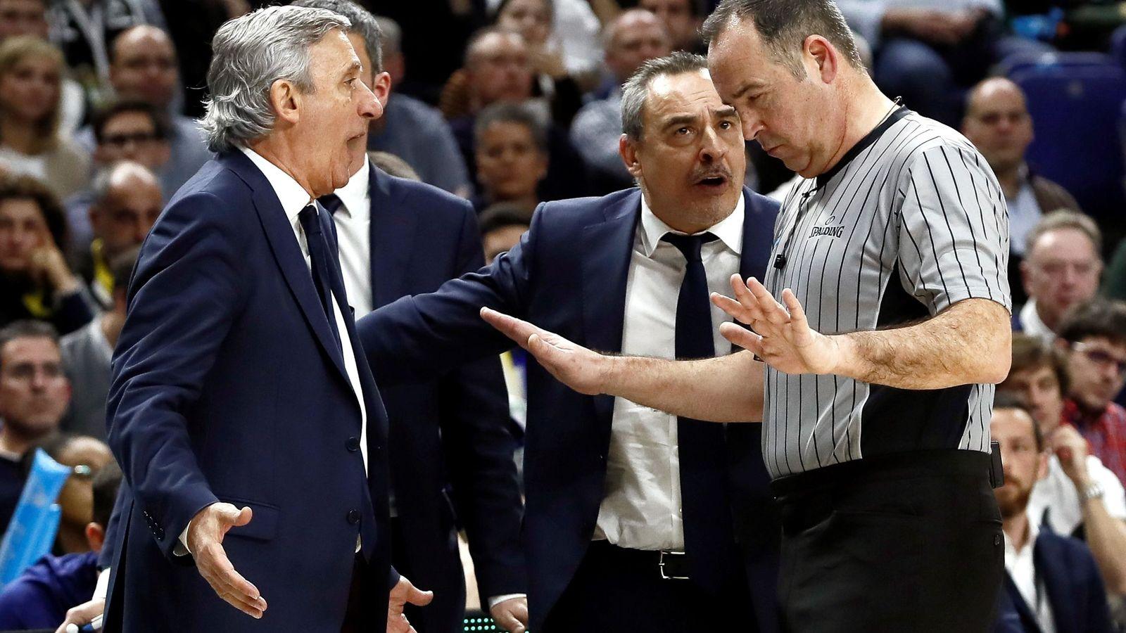 Foto: Pesic discute con los árbitros en la final. (EFE)