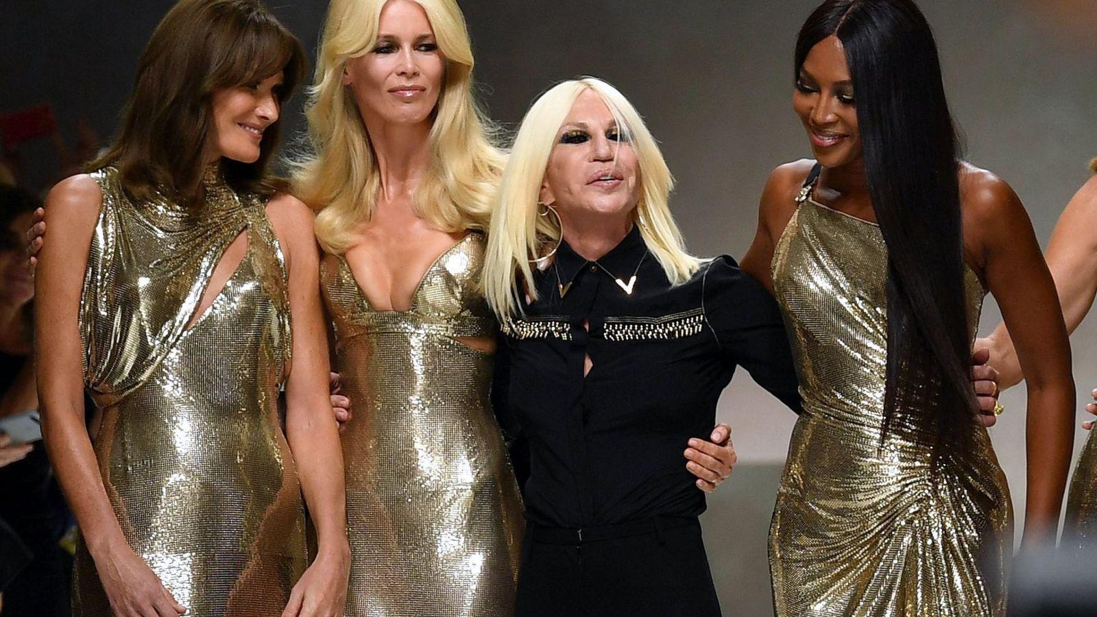 Foto: Tres tops de Versace en 2017. (EFE)